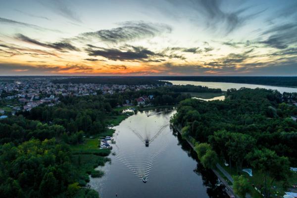 Jezioro Necko, augustowszczyzna tuż po zachodzie słońca, rejsty statkiem w augustowie