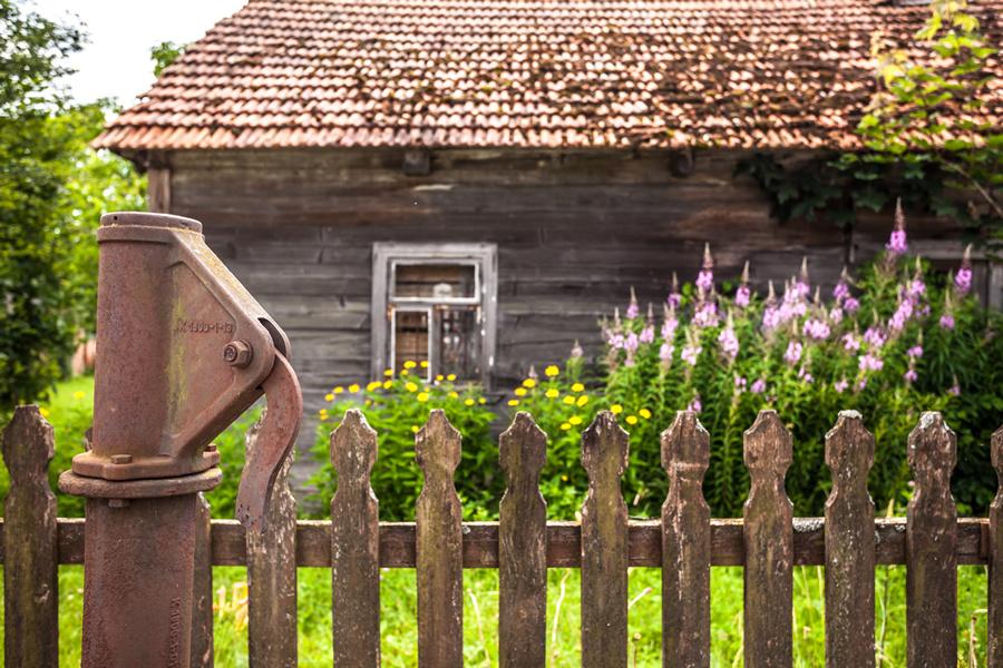 Lewkowo w gminie narewka, stara podlaska chata za płotem, Maciej Nowakowski
