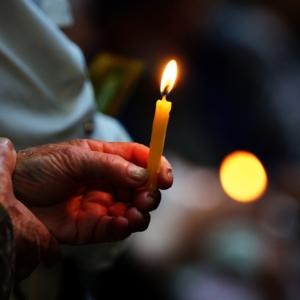 Św. Góra Grabarka, palące się świece na krzyżu w Św. Górze Grabarce, Piotr Filipik