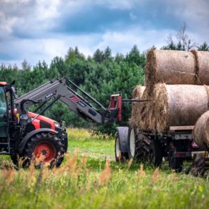 prace w polu przy użyciu traktora, traktor w polu i żniwa, Maciej Nowakowski